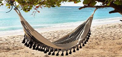 Una tumbona colgante en la playa