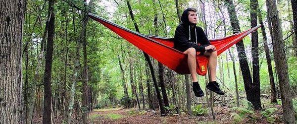 Muchacho disfrutando de la naturaleza en su hamaca de acamapada Wise Owl Outfitters