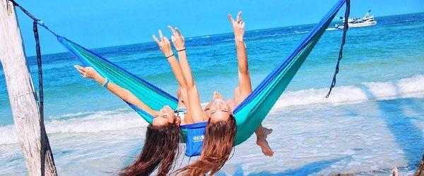 Un par de muchachas disfrutando de una Hamaca de camping Eagles Nest Outfitters DoubleNest review