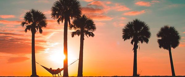 Disfrutando de la puesta de sol en una hamaca de viaje ENO DoubleNest