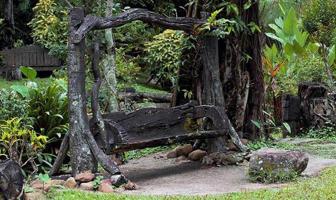 """Columpio de jardín de madera"""">Puede ser un poco más moderno: un antiguo columpio de jardín de madera"""