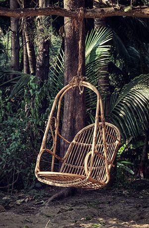 Silla colgante tipo cesta fabricada con materiales naturales