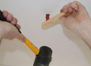 Introduzca la clavija con un martillo de goma.